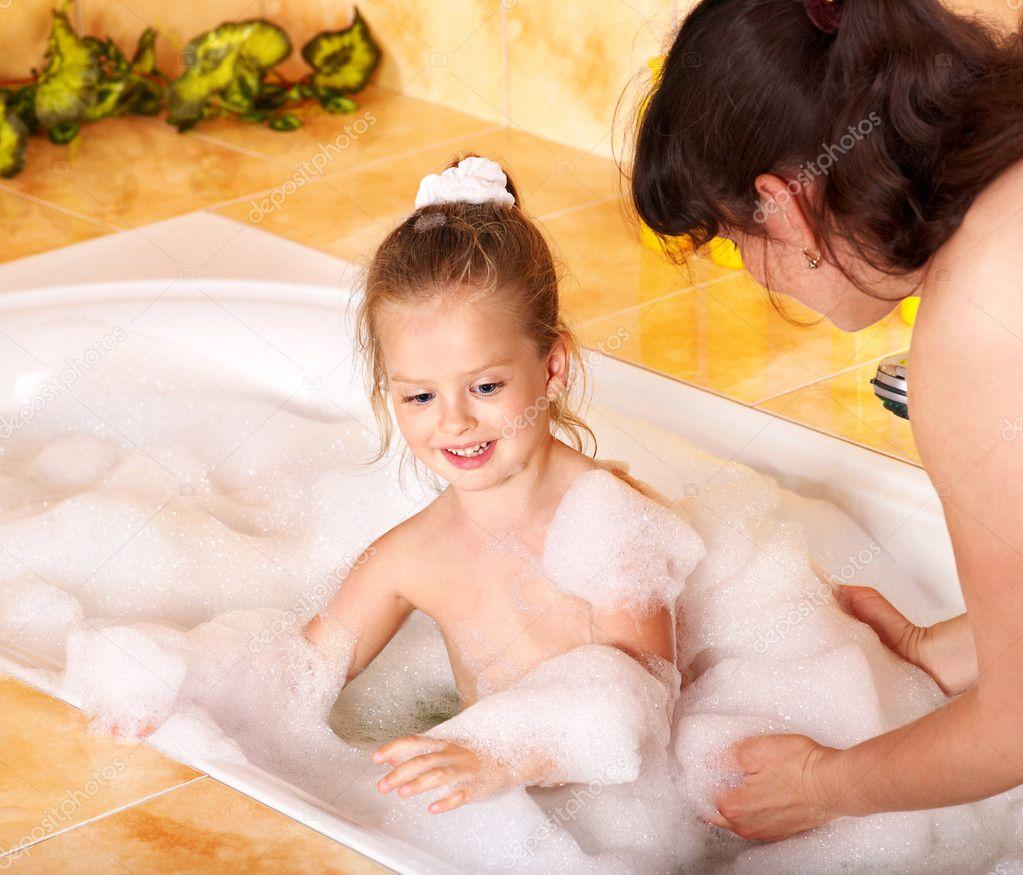 Мама и голая дочка