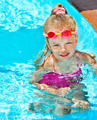 Child in swimming pool — Foto Stock