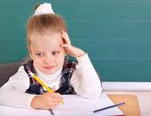 Sınıfta blackboard yakınında oturmak. — Stok fotoğraf