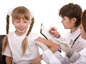 Doktor çocuk aşı enjekte. — Stok fotoğraf