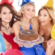 Group holding cake. - Foto Stock