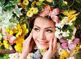 蝶と花の芝生の上で美しい少女. — ストック写真