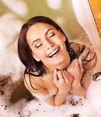 Kadın atın köpük banyosu. — Stok fotoğraf