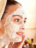 Frau mit ton-gesichtsmaske. — Stockfoto