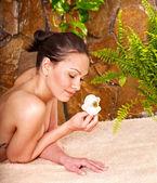 Junge Frau, die erste Massage im spa. — Stockfoto