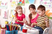 绘画与教师在学校中的儿童. — 图库照片