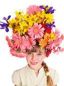 彼女の髪に花を持つ児. — ストック写真