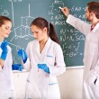 Group chemistry student with flask. - Foto Stock