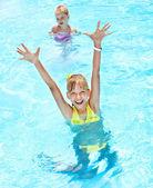 Crianças na piscina. — Foto Stock