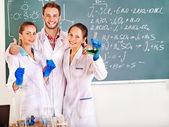 Estudante de química do grupo com balão. — Fotografia Stock