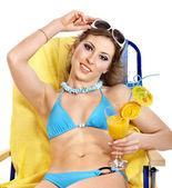 Mädchen im Bikini Orangensaft trinken. — Stockfoto