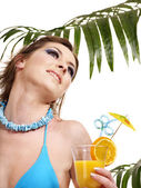 Chica en bikini de beber cócteles. — Foto de Stock