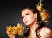 Frau im karneval kostüm mit blume. — Stockfoto