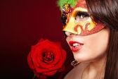 赤いバラとマスクを持つ少女. — ストック写真