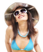 Dziewczyna w bikini i okulary przeciwsłoneczne na plaży. — Zdjęcie stockowe