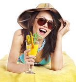 Fille en bikini buvant cocktail. — Photo