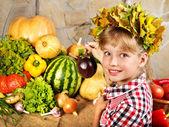 Kind met plantaardige keuken. — Stockfoto