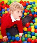 Dziecko w kolorowe kulki. — Zdjęcie stockowe