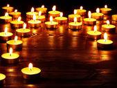 Skupina svíček na černém pozadí. — Stock fotografie