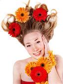 凌乱的头发的幸福年轻女人. — 图库照片