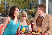 Famille avec enfant en café. — Photo