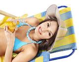 Ragazza in bikini che bere succo d'arancia. — Foto Stock