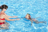 Swimming Instructor learn child swim. — Stock Photo