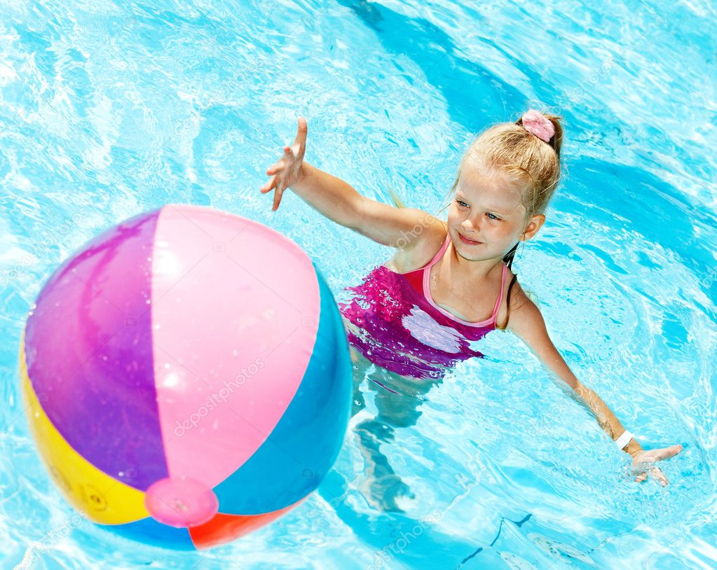Little girl  swimming in pool. — Stock Photo #9862191