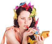Chica aplicar maquillaje. — Foto de Stock
