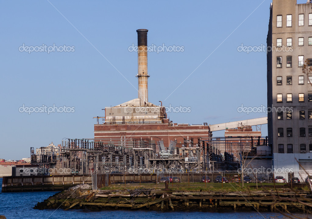 Power station on banks of Hudson river in New York — Stock Photo #10062645