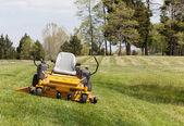 Sıfır çim üzerinde çim biçme makinesi ile sürücü açmak — Stok fotoğraf