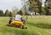 Zero turn lawn mower on turf with no driver — ストック写真