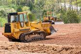 Escavador de mover grandes terra limpando a terra — Foto Stock