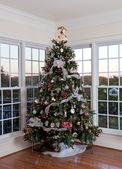 украшенная елка в доме — Стоковое фото