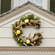 Traditional xmas wreath above front door — Stock Photo