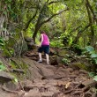 Girl hiking Kalalau trail in Kauai — Stock Photo