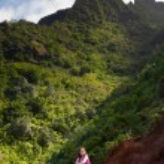 Girl hiking Kalalau trail in Kauai — Stock Photo #8869624