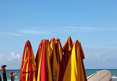 海滨被绑起海滩遮阳伞 — 图库照片