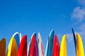 Pilha de pranchas de surf por beira-mar — Foto Stock