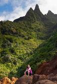 Chica senderismo kalalau trail en kauai — Foto de Stock