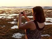 Kız çekici fotoğraf günbatımı telefon — Stok fotoğraf