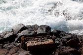 Viejo bloque motor tirado por el mar — Foto de Stock