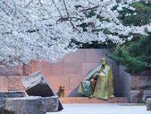 Cherry blossoms and Washington FDR monument — Stock Photo