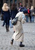 Pobre anciana pidiendo limosna en bruselas — Foto de Stock