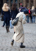 Poor old woman begging in Brussels — Stockfoto