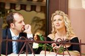 Adam ve şarap bir kafede bir kızla — Stok fotoğraf