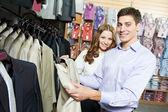 Genç insanların giyim mağazasında alışveriş — Stockfoto