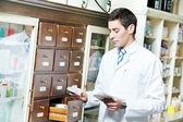 Hombre de químico de farmacia en farmacia — Foto de Stock