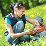 Mutter mit Kind Jungen spielen — Stockfoto