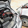 Starting car engine with battery jumper cables - Foto Stock